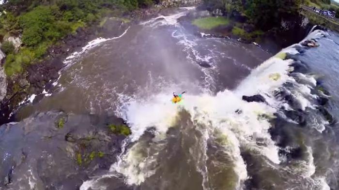 Ben Brown dans les chutes Wairua