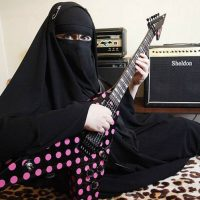 Elle joue du heavy métal en burka