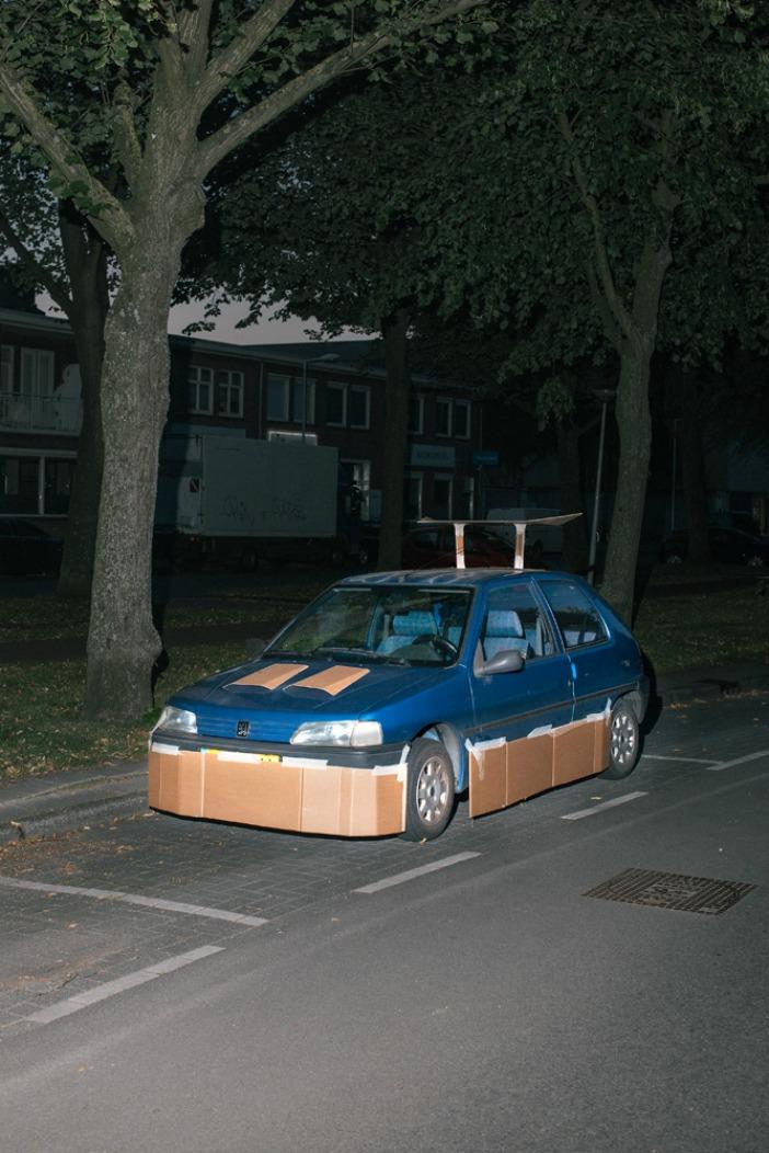il tune les voitures avec du carton