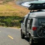 Un couple traverse l'Amérique dans un vieux van