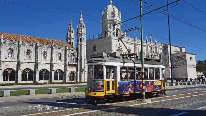Tramway de Lisbonne devant la Cathédrale de Belém