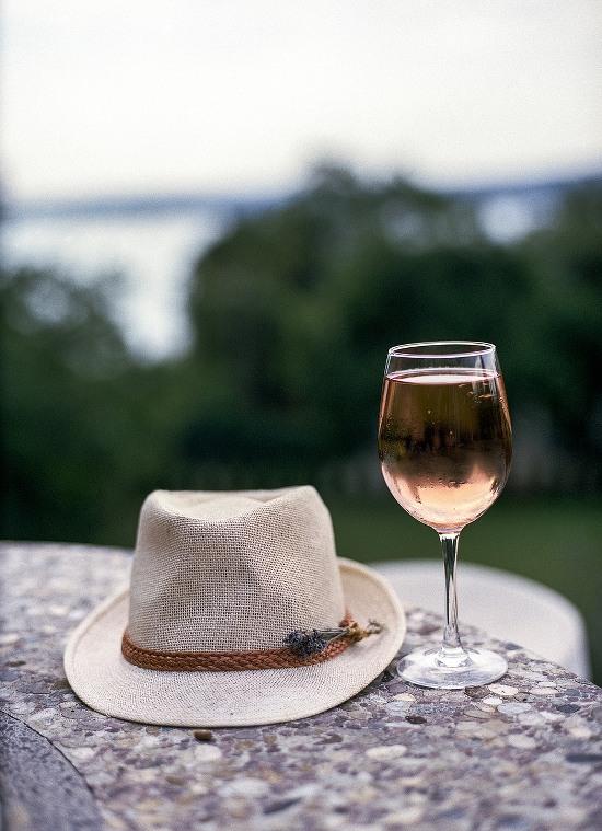 Verre de vin rosé et chapeau