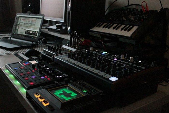 Home Studio avec synthétiseur, échantillonneur et boite à rythmes