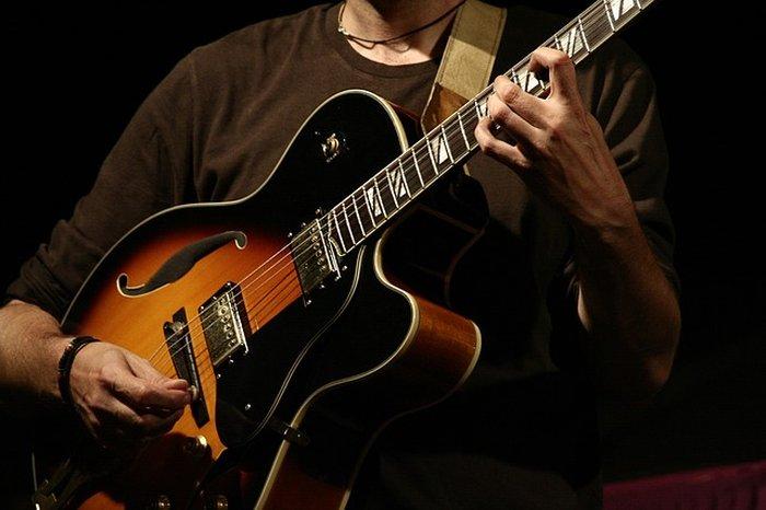 Joueur de guitare demi-caisse