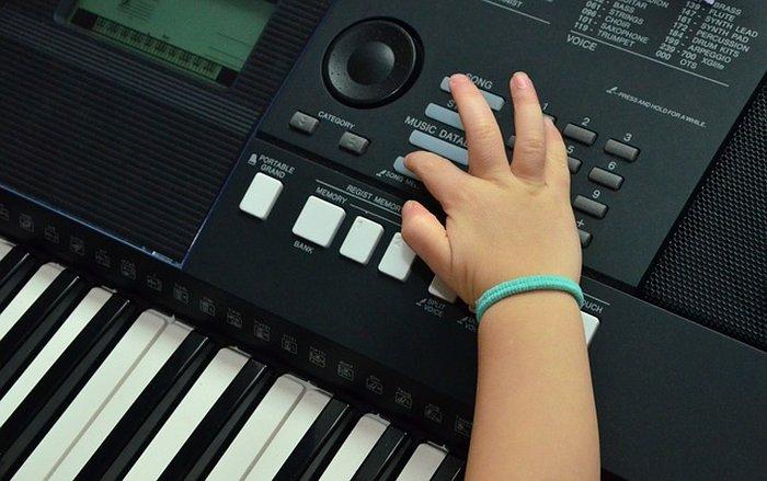 Enfant jouant avec un synthétiseur